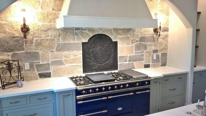 Thornton, Colorado: Placa chimenea como un protector contra salpicaduras encima de la estufa  de origen https://www.placa-de-chimenea.es