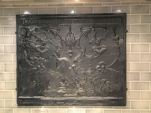 Placa chimenea a modo de antisalpicaduras para una cocina